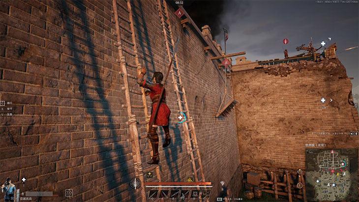 コンカラーズ・ブレードで壁に掛けた梯子を登っている様子